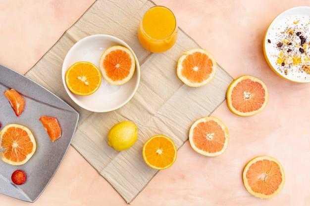 Decoración plana con rodajas de naranja y limón.