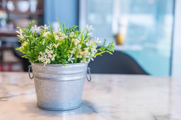 Decoración de planta de florero con sala vacía