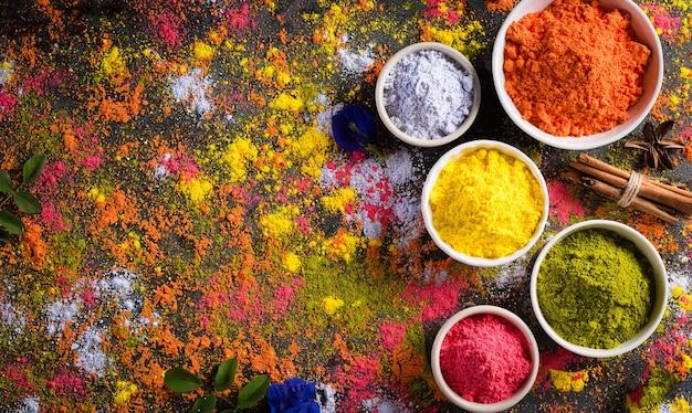 Decoración en polvo de colores tradicionales de la india holi con pinturas.