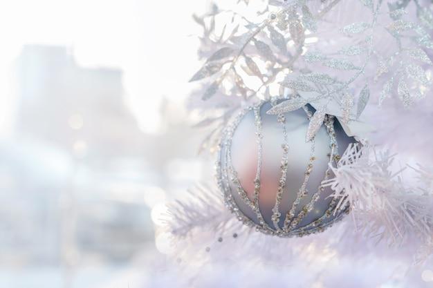 Decoración púrpura de la bola de la navidad que cuelga en el árbol de navidad. humor de año nuevo, hermoso tono de luz, concepto, gran plan. copia espacio