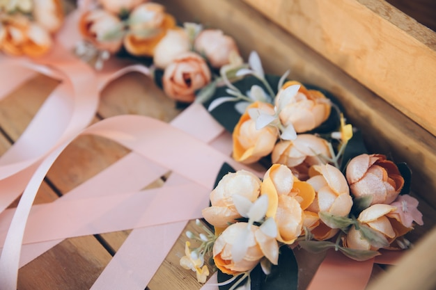 Decoración romántica de flores sobre la mesa con la cinta.