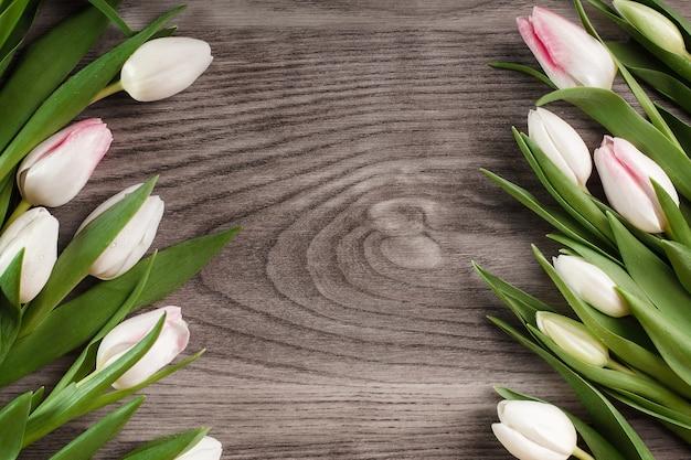 Decoración rústica de tulipanes brillantes.