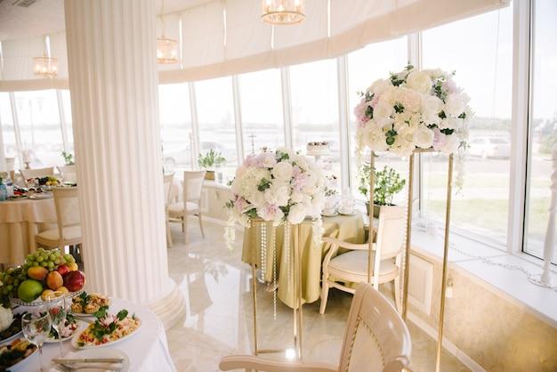 Decoración del salón de banquetes el día de la boda.