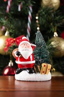 Decoración de santa claus en la mesa sobre un fondo de navidad