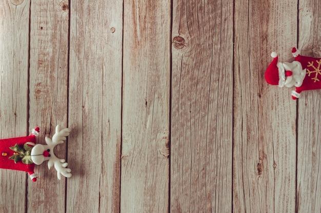 Decoración de santa claus y renos sobre fondo de madera. copie el espacio. enfoque selectivo.