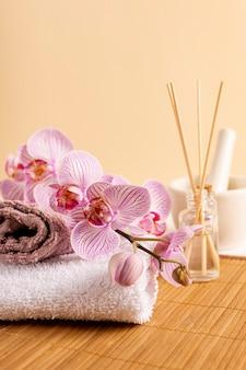 Decoración de spa con palitos perfumados y flores.