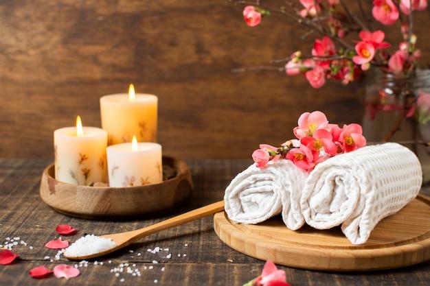 Decoración de spa con velas encendidas y toallas.