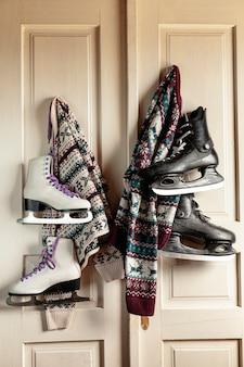 Decoración con suéteres y patines de hielo colgando en la puerta