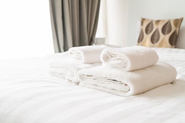 Decoración de toallas blancas en la cama