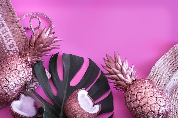 Decoración tropical de verano con piña y accesorios de verano.