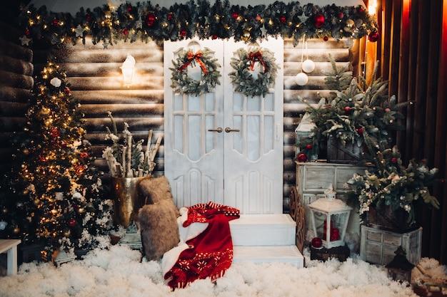 Decoración de vacaciones de navidad con puertas en el centro.