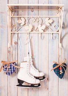 Decoración vintage de san valentín - corazones de cuadros azules en los ganchos