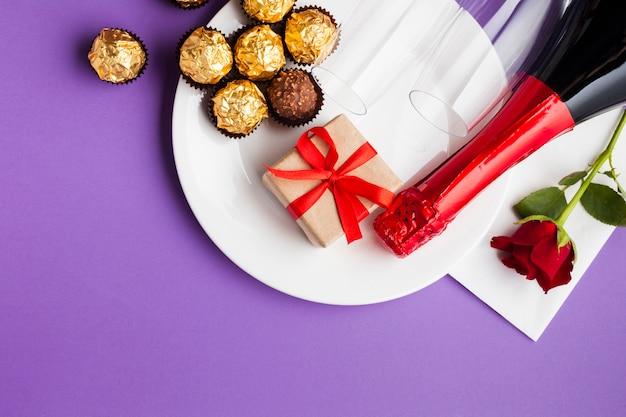 Decoración vista superior con chocolate y plato blanco.
