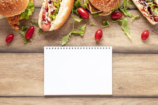 Decoración de la vista superior con comida y maqueta de cuaderno