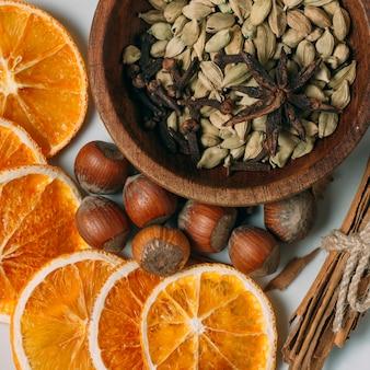 Decoración de la vista superior con rodajas de naranja y avellanas