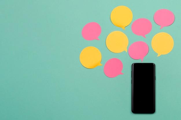 Decoración de la vista superior con teléfono inteligente y notas adhesivas