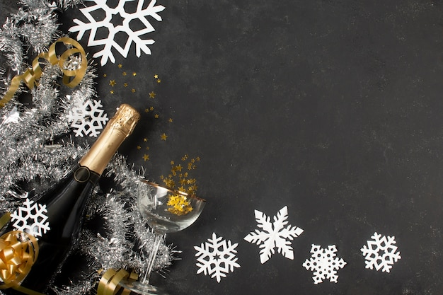 Decoraciones de año nuevo y botella de champagne