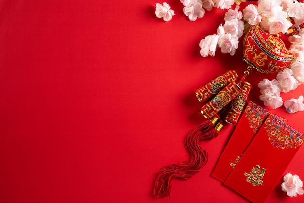 Decoraciones de año nuevo chino sobre un fondo rojo.