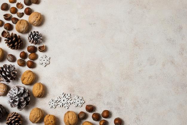 Decoraciones de año nuevo con nueces y castañas