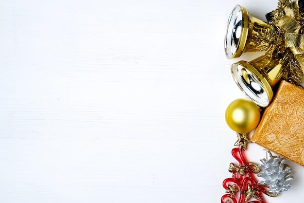 Decoraciones de año nuevo, presente, campanas y cono.