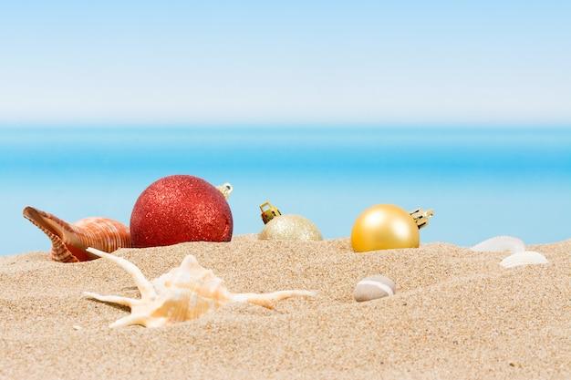 Decoraciones para árboles de navidad en la playa tropical. vacaciones de año nuevo en países cálidos