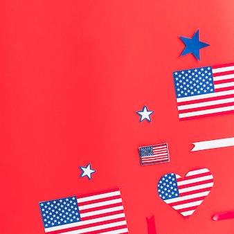 Decoraciones con banderas de estados unidos cortadas de papel.
