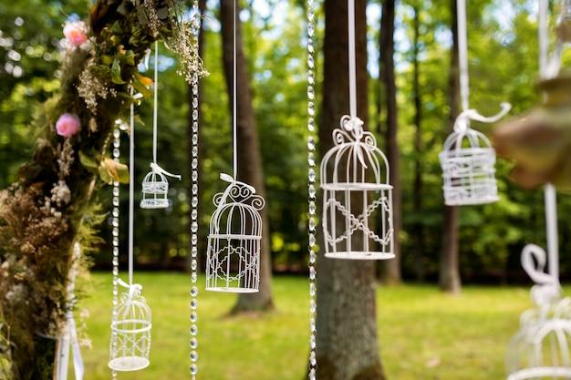 Decoraciones de la boda. florística en el aire libre.
