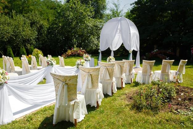 Decoraciones de la ceremonia de boda en el parque en un día soleado