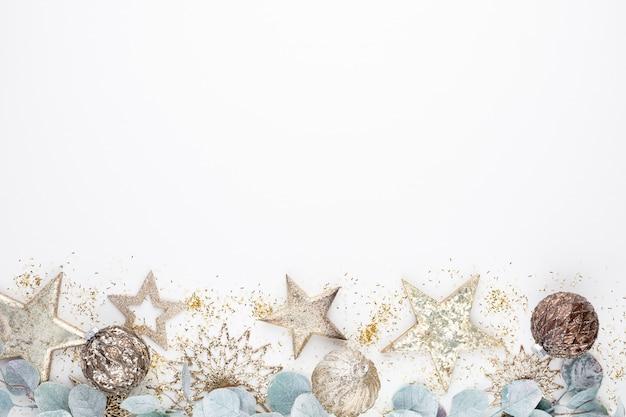 Decoraciones de composición de navidad sobre fondo blanco.