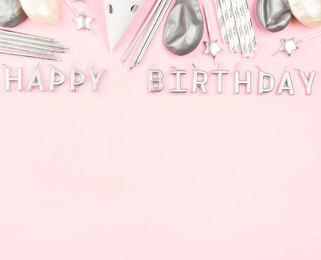 Decoraciones de cumpleaños sobre fondo rosa