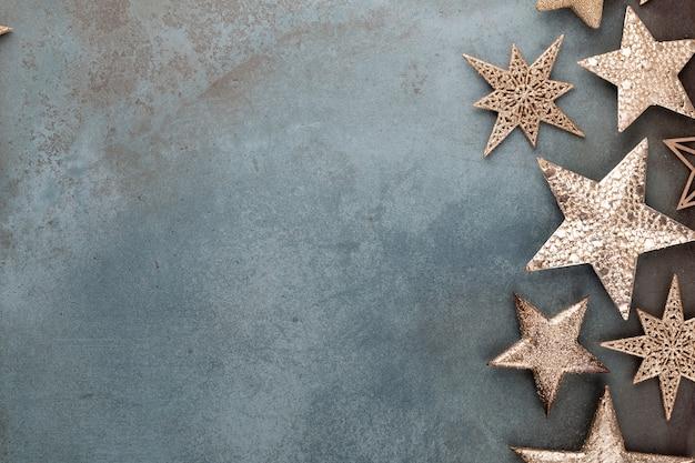Decoraciones de estrellas de navidad sobre fondo gris