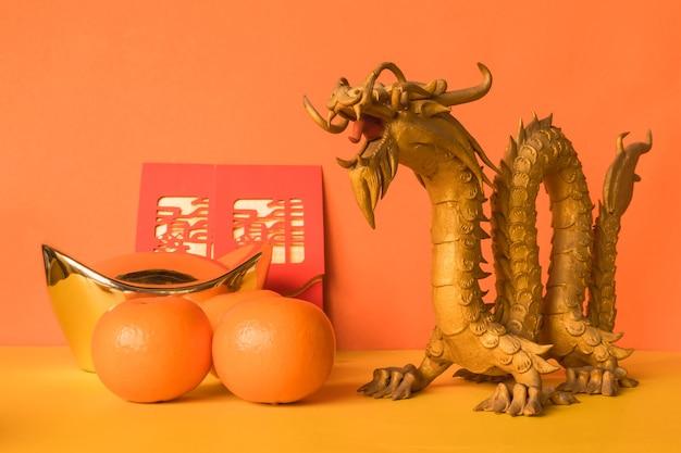Decoraciones del festival de año nuevo chino sobre fondo de color.