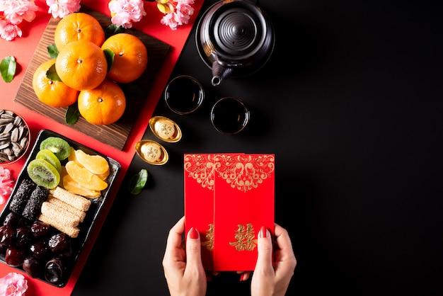 Decoraciones del festival de año nuevo chino sobre un fondo negro.