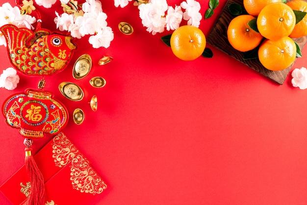 Decoraciones del festival de año nuevo chino sobre un fondo rojo.