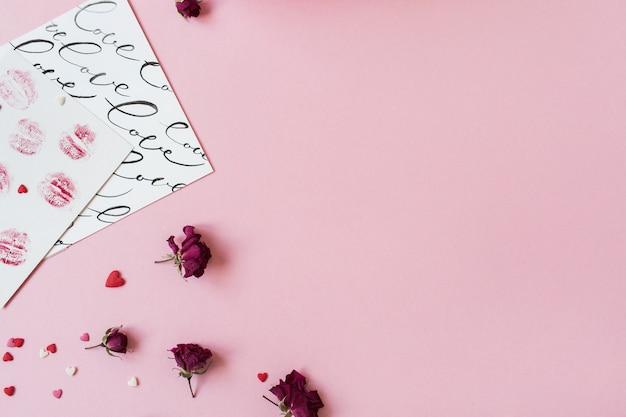 Decoraciones festivas en superficie rosa