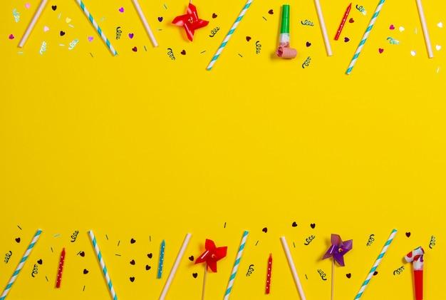 Decoraciones de fiesta de cumpleaños sobre fondo amarillo, vista superior