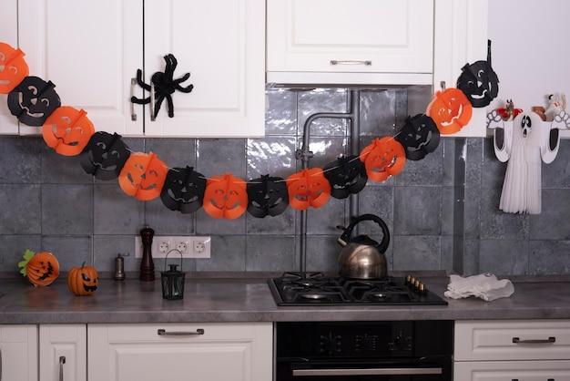 Decoraciones de halloween en la cocina