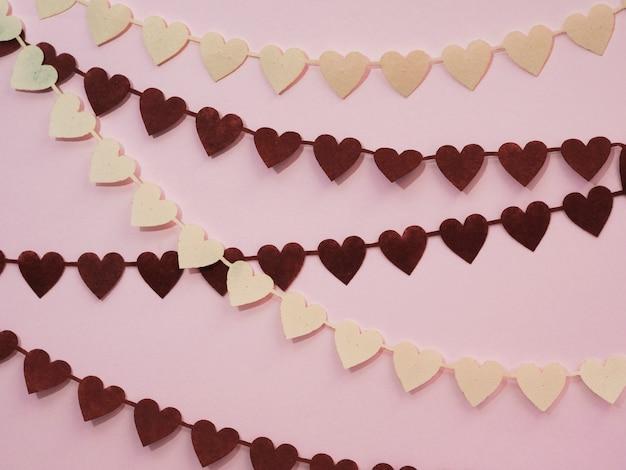 Decoraciones hechas de corazones en blanco y negro.