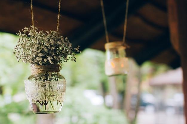 Decoraciones de madera y flores silvestres en un estilo rústico para una ceremonia de boda.