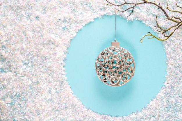 Decoraciones modernas de adornos navideños en modernos colores azules y blancos con brillantes destellos en azul. endecha plana con copyspace