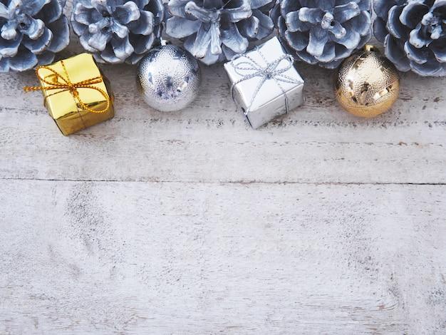 Decoraciones de navidad con adornos tradicionales sobre fondo blanco de madera vintage.