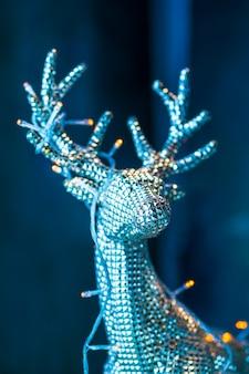 Decoraciones de navidad y año nuevo con ciervos plateados.