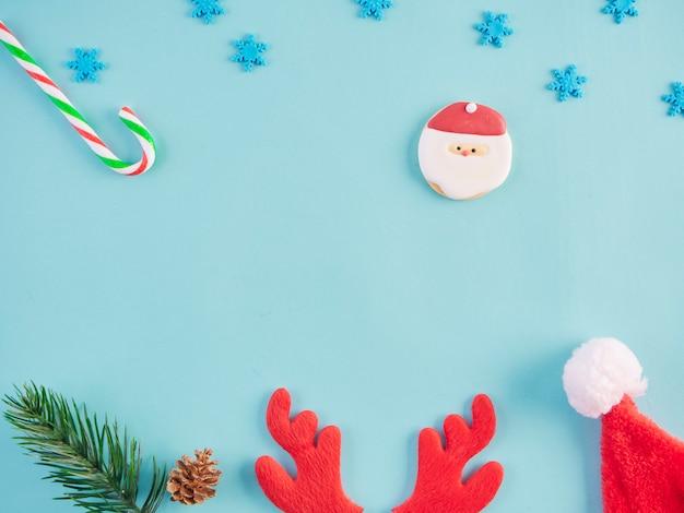 Decoraciones de navidad en la mesa de color azul claro.