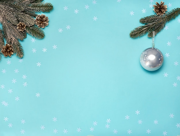 Decoraciones de navidad sobre fondo azul claro. endecha plana. concepto de año nuevo