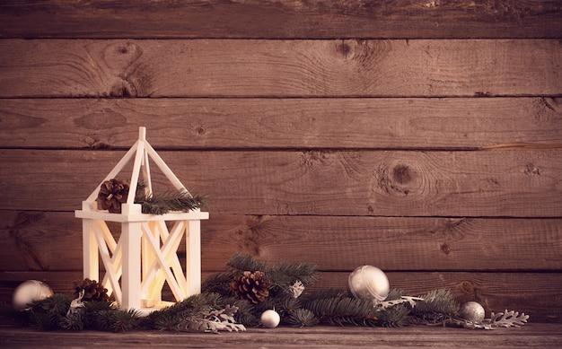 Decoraciones de navidad sobre fondo de madera vieja oscura