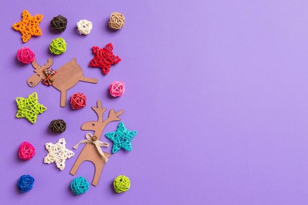 Decoraciones de navidad sobre fondo morado. estrellas festivas y bolas. concepto de feliz navidad con espacio de copia