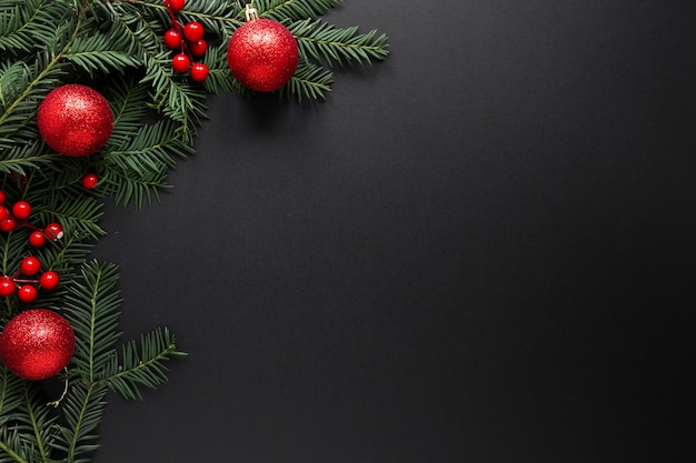 Decoraciones de navidad sobre fondo negro con espacio de copia
