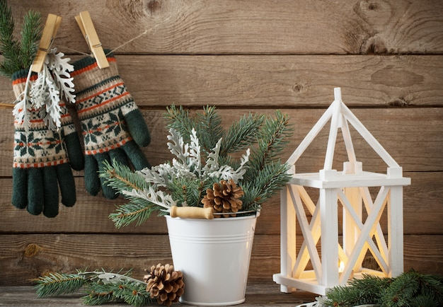 Decoraciones de navidad sobre fondo oscuro de madera vieja