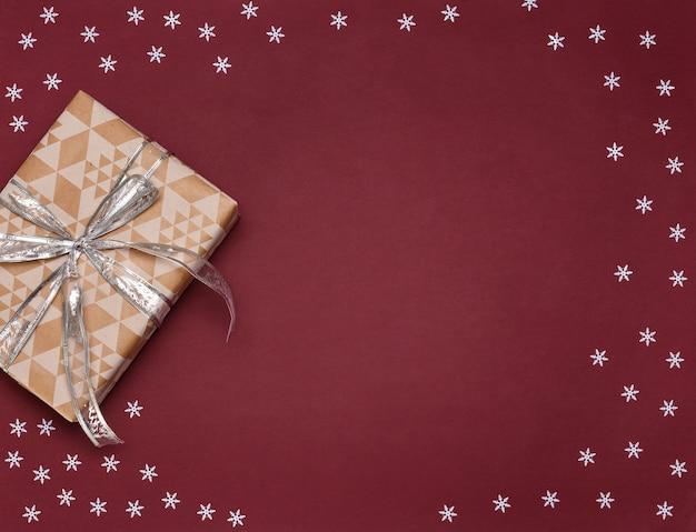 Decoraciones de navidad sobre fondo rojo
