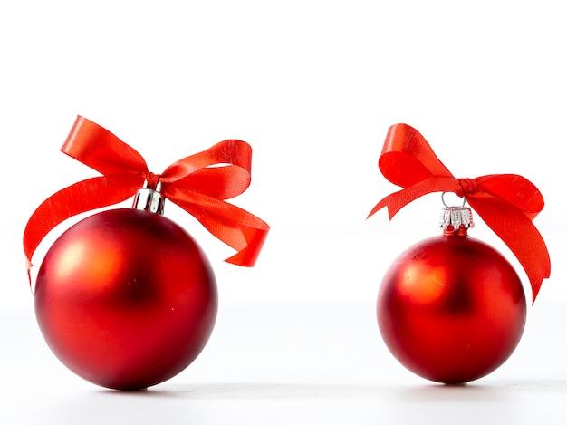 Decoraciones navideñas aisladas sobre fondo blanco